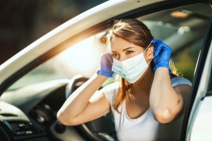 Κορίτσι φοράει μάσκα για να οδηγήσει
